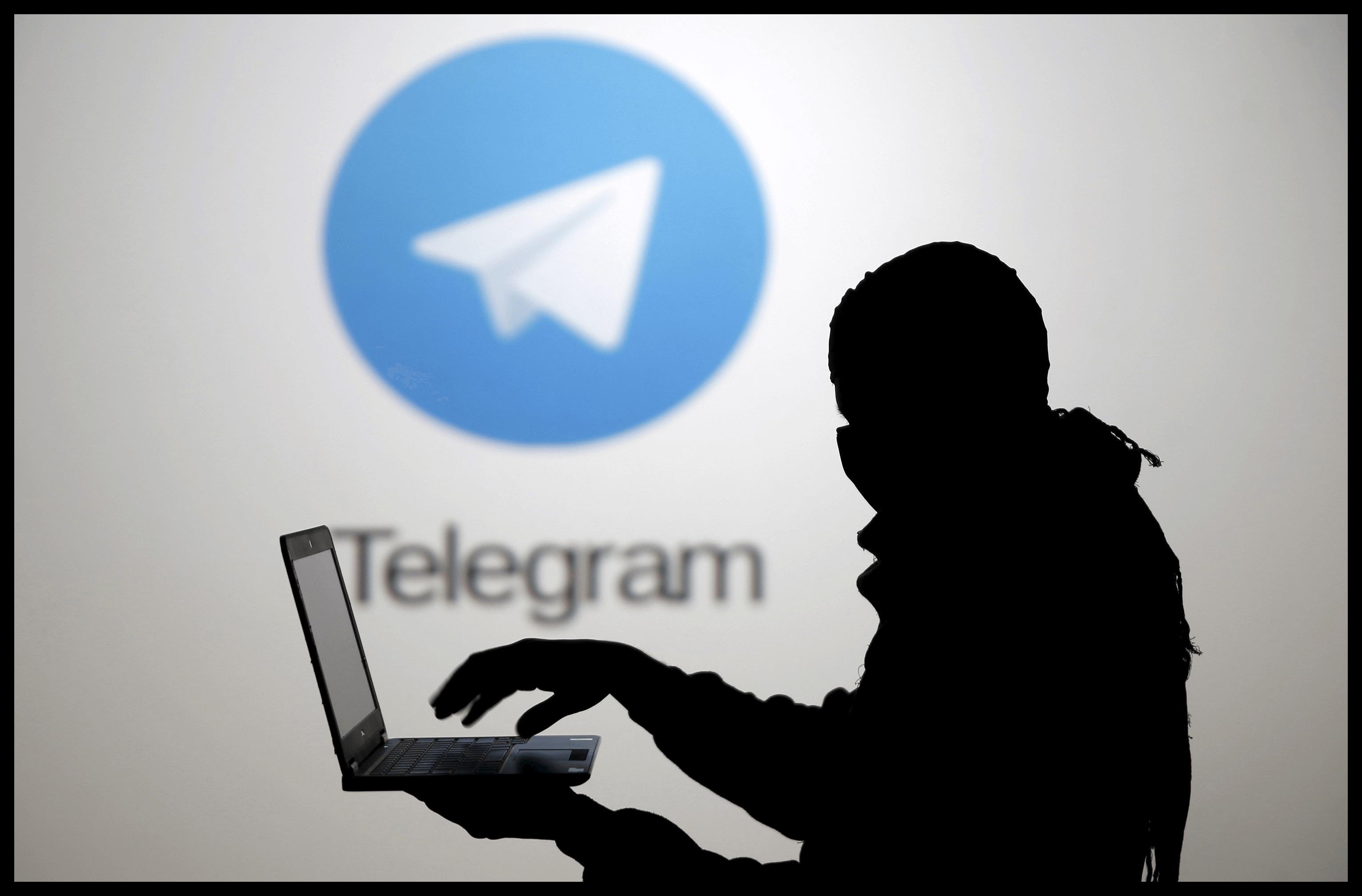 Силуэт человека на фоте логотипа Telegram